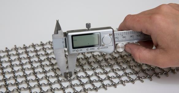 vernier caliper measuring stainless steel wire diamater